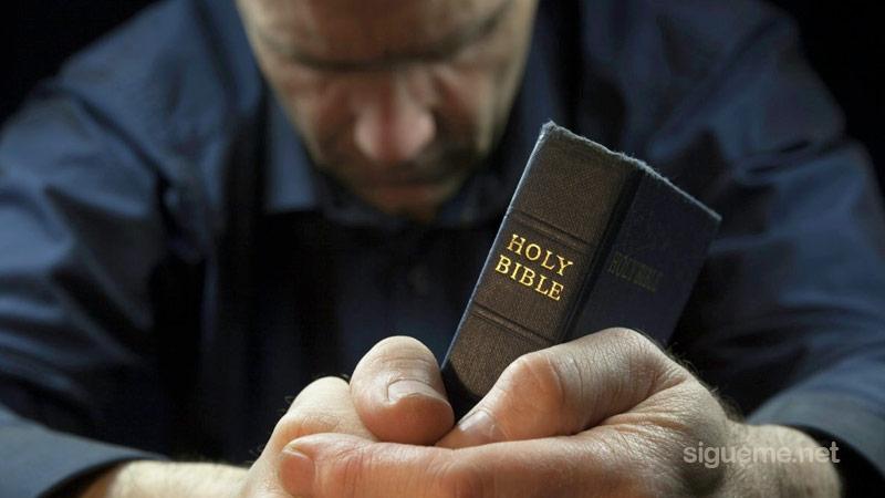 pastor-cristiano-buscando-el-rostro-de-dios-en-oracion